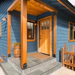 Idee per un piccolo portico scandinavo davanti casa con piastrelle e un tetto a sbalzo