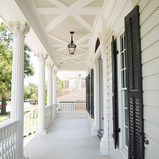 Inspiration for a timeless front porch remodel in Houston with a roof extension