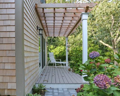 Kleine Klassische Veranda Neben Dem Haus Mit Dielen Und Pergola In Boston