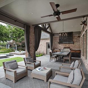Imagen de terraza clásica renovada, de tamaño medio, en patio trasero y anexo de casas, con cocina exterior y adoquines de piedra natural