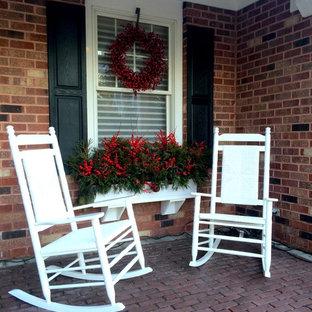 Ispirazione per un piccolo portico shabby-chic style davanti casa con un giardino in vaso, pavimentazioni in mattoni e un tetto a sbalzo