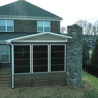 Foto di un portico american style dietro casa con un caminetto