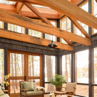 Diseño de porche cerrado rústico, de tamaño medio, en patio trasero y anexo de casas