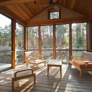 Imagen de porche cerrado tradicional renovado, de tamaño medio, en patio delantero y anexo de casas, con entablado