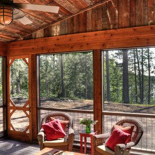 Esempio di un portico rustico nel cortile laterale e di medie dimensioni con un portico chiuso, un tetto a sbalzo e pavimentazioni in cemento
