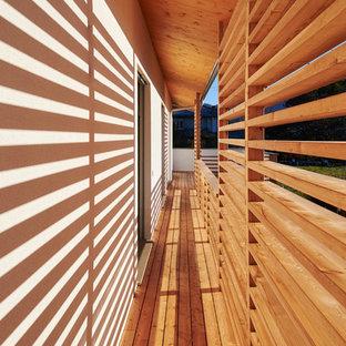 Ispirazione per un piccolo portico contemporaneo con un portico chiuso, pedane e un tetto a sbalzo