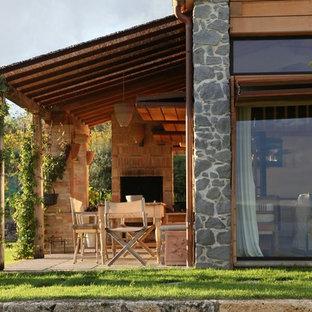 Foto di un portico country di medie dimensioni e dietro casa con una pergola