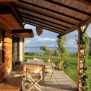 Foto di un portico country di medie dimensioni e dietro casa con pavimentazioni in pietra naturale