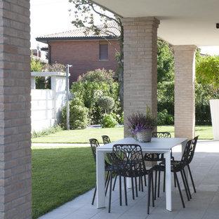 Idee per un piccolo portico minimalista davanti casa con piastrelle