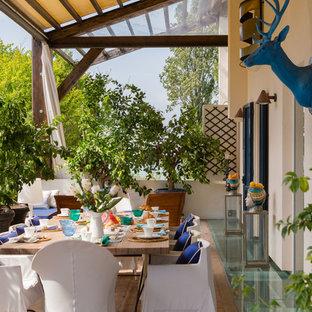 Idee per un portico mediterraneo con un giardino in vaso e un parasole