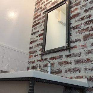 Diseño de aseo romántico, pequeño, con armarios abiertos, baldosas y/o azulejos marrones, baldosas y/o azulejos de terracota, paredes blancas, suelo de madera en tonos medios, lavabo encastrado, encimera de cuarzo compacto y suelo marrón