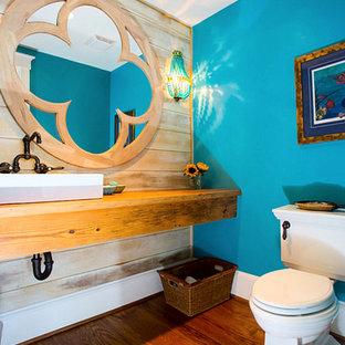 Свежая идея для дизайна: туалет среднего размера в морском стиле с настольной раковиной, столешницей из дерева, раздельным унитазом, синими стенами, паркетным полом среднего тона и коричневой столешницей - отличное фото интерьера