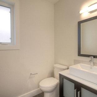 Стильный дизайн: маленький туалет в стиле модернизм с фасадами в стиле шейкер, коричневыми фасадами, раковиной с несколькими смесителями, раздельным унитазом, белыми стенами и полом из винила - последний тренд