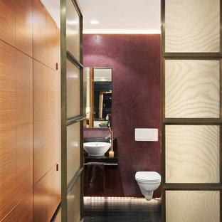 Выдающиеся фото от архитекторов и дизайнеров интерьера: туалет среднего размера в современном стиле с настольной раковиной, инсталляцией, фиолетовыми стенами и темным паркетным полом