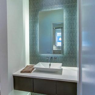 Неиссякаемый источник вдохновения для домашнего уюта: туалет среднего размера в современном стиле с плоскими фасадами, темными деревянными фасадами, синей плиткой, серой плиткой, металлической плиткой, белыми стенами, светлым паркетным полом, настольной раковиной, столешницей из искусственного кварца и коричневым полом