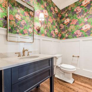 Mittelgroße Klassische Gästetoilette mit Schrankfronten im Shaker-Stil, blauen Schränken, Wandtoilette mit Spülkasten, weißer Wandfarbe, braunem Holzboden, Unterbauwaschbecken, braunem Boden und beiger Waschtischplatte in Charlotte