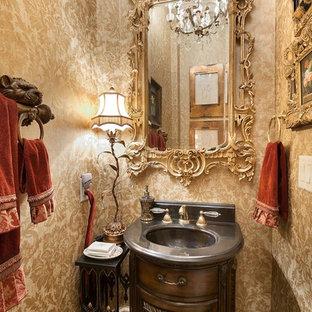 Inspiration för ett vintage toalett, med skåp i slitet trä, gula väggar och ett integrerad handfat