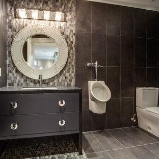 Ispirazione per un bagno di servizio minimal di medie dimensioni con lavabo sottopiano, ante lisce, ante grigie, top in quarzo composito, WC a due pezzi, piastrelle grigie, piastrelle in pietra, pareti grigie e pavimento in marmo
