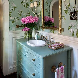 На фото: с высоким бюджетом маленькие туалеты в классическом стиле с фасадами островного типа, зелеными стенами, темным паркетным полом, накладной раковиной, столешницей из дерева, синими фасадами и бирюзовой столешницей