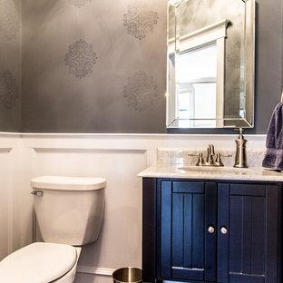 Kleine Klassische Gästetoilette mit verzierten Schränken, schwarzen Schränken, Wandtoilette mit Spülkasten, grauer Wandfarbe, dunklem Holzboden, Unterbauwaschbecken, Granit-Waschbecken/Waschtisch, braunem Boden und bunter Waschtischplatte in Dallas