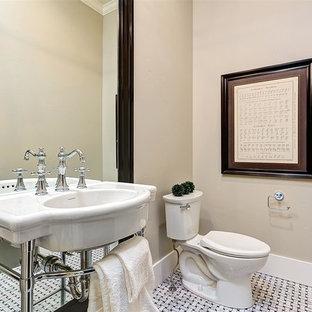 Свежая идея для дизайна: большой туалет в классическом стиле с раздельным унитазом, черно-белой плиткой, бежевыми стенами, мраморным полом и раковиной с пьедесталом - отличное фото интерьера