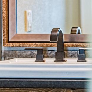 Неиссякаемый источник вдохновения для домашнего уюта: маленький туалет в стиле рустика с плоскими фасадами, светлыми деревянными фасадами, раздельным унитазом, бежевой плиткой, каменной плиткой, бежевыми стенами, полом из ламината, накладной раковиной, столешницей из гранита и бежевым полом