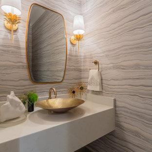 Bild på ett funkis vit vitt toalett, med grå väggar, ett fristående handfat och bänkskiva i kvarts