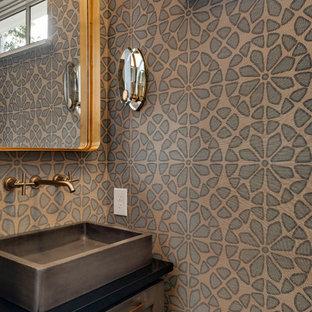 На фото: маленький туалет в стиле современная классика с фасадами в стиле шейкер, коричневыми стенами, настольной раковиной, черной столешницей, искусственно-состаренными фасадами, полом из сланца, столешницей из искусственного кварца и серым полом с