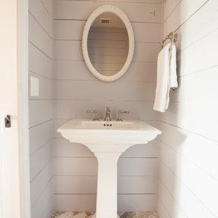 Inspiration pour un WC et toilettes rustique avec un placard à porte plane, des portes de placard blanches, un WC séparé, un carrelage blanc, un carrelage métro, un mur beige, un sol en travertin, un lavabo de ferme et un sol beige.