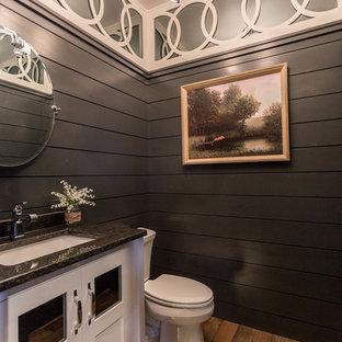 Стильный дизайн: туалет в стиле кантри с плоскими фасадами, белыми фасадами, паркетным полом среднего тона, столешницей из гранита, бежевыми стенами и коричневым полом - последний тренд