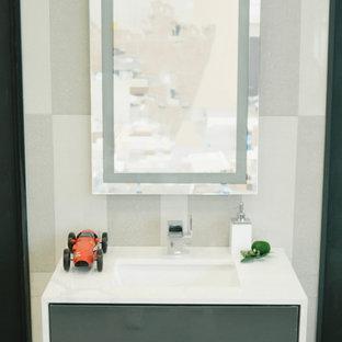 Ispirazione per un piccolo bagno di servizio contemporaneo con ante lisce e ante grigie