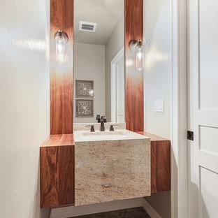 Idee per un piccolo bagno di servizio chic con WC a due pezzi, pareti beige, pavimento in gres porcellanato, lavabo sottopiano, top in granito, pavimento marrone e top beige