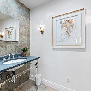 Idéer för ett modernt blå toalett, med grå kakel, vita väggar, ett undermonterad handfat och beiget golv