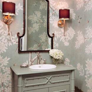 Inspiration pour un WC et toilettes traditionnel avec un lavabo posé, un placard en trompe-l'oeil, des portes de placard grises, un mur multicolore et un plan de toilette vert.