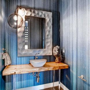 Неиссякаемый источник вдохновения для домашнего уюта: туалет среднего размера в современном стиле с синими стенами, столешницей из дерева и коричневой столешницей