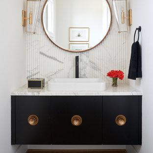 Стильный дизайн: туалет в стиле современная классика с плоскими фасадами, черными фасадами, белой плиткой, белыми стенами, паркетным полом среднего тона, накладной раковиной, коричневым полом и белой столешницей - последний тренд