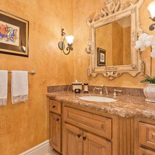 На фото: со средним бюджетом туалеты среднего размера в стиле ретро с фасадами с выступающей филенкой, фасадами цвета дерева среднего тона, коричневыми стенами, врезной раковиной и столешницей из искусственного кварца