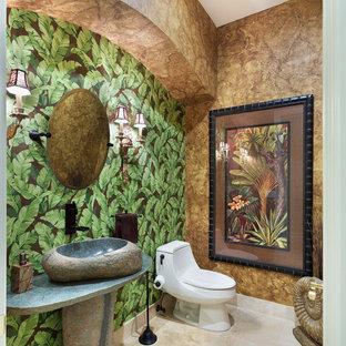 Idee per un bagno di servizio tropicale di medie dimensioni con WC monopezzo, pareti marroni, lavabo a bacinella, pavimento beige, top grigio e pavimento in marmo