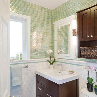 Moderne Gästetoilette mit Glasfliesen, grünen Fliesen und weißen Fliesen in Los Angeles