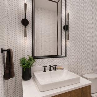 На фото: большой туалет в стиле кантри с фасадами цвета дерева среднего тона, белыми стенами, белой столешницей, плоскими фасадами и паркетным полом среднего тона