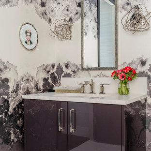 Стильный дизайн: туалет среднего размера в современном стиле с плоскими фасадами, серыми фасадами, мраморным полом, врезной раковиной, столешницей из искусственного кварца, белым полом, белой столешницей и разноцветными стенами - последний тренд