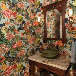 Modelo de aseo asiático con armarios tipo mueble, puertas de armario de madera en tonos medios, paredes multicolor, suelo de madera oscura, lavabo sobreencimera y suelo marrón