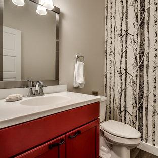 Стильный дизайн: туалет среднего размера в скандинавском стиле с монолитной раковиной, фасадами в стиле шейкер, красными фасадами, столешницей из искусственного камня, раздельным унитазом, серыми стенами, полом из винила и коричневым полом - последний тренд