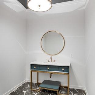 На фото: туалет в стиле кантри с фасадами островного типа, бирюзовыми фасадами, белыми стенами, полом из керамической плитки, врезной раковиной, столешницей из искусственного камня, черным полом, белой столешницей и напольной тумбой