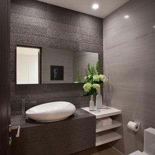 Идея дизайна: туалет среднего размера в современном стиле с настольной раковиной, открытыми фасадами, белыми фасадами, столешницей из дерева, унитазом-моноблоком, серой плиткой, серыми стенами, полом из керамической плитки, бежевым полом и серой столешницей