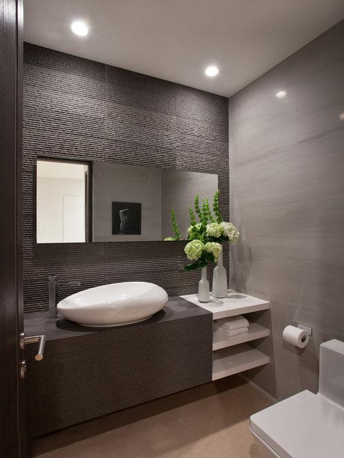 ... bianche, top in legno, WC monopezzo, piastrelle grigie e pareti grigie