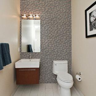 Idéer för funkis badrum, med släta luckor, skåp i mörkt trä, mosaik och ett väggmonterat handfat