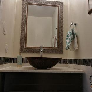 Esempio di un piccolo bagno di servizio classico con ante lisce, ante nere, piastrelle nere, piastrelle a mosaico, pareti beige, pavimento in marmo, lavabo a bacinella, top in pietra calcarea, pavimento bianco e top bianco