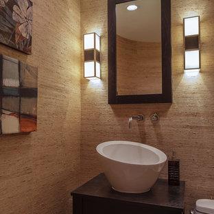 Неиссякаемый источник вдохновения для домашнего уюта: туалет среднего размера в восточном стиле с настольной раковиной, фасадами островного типа, темными деревянными фасадами, столешницей из дерева, унитазом-моноблоком и бежевыми стенами