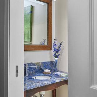 Esempio di un bagno di servizio contemporaneo di medie dimensioni con nessun'anta, pareti bianche, parquet scuro, lavabo sottopiano, pavimento marrone e top blu